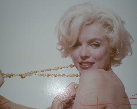 Fotografie Stern -  Marilyn pulling beads (1962)