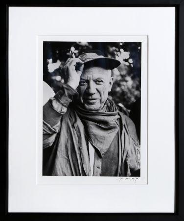 Fotografie Clergue - Picasso a la Feria, revetu des habits de la Pena de Logrono - Nimes, 1959